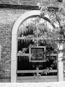 Ein altes Eingangstor zu einem der Lagerhäuser