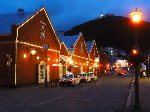 Abendstimmung am Hafen mit den alten Lagerhäusern.